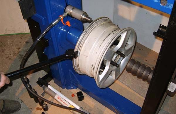 Станок для правки литых дисков