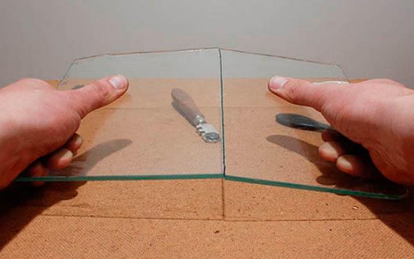 Разламывание частей стекла